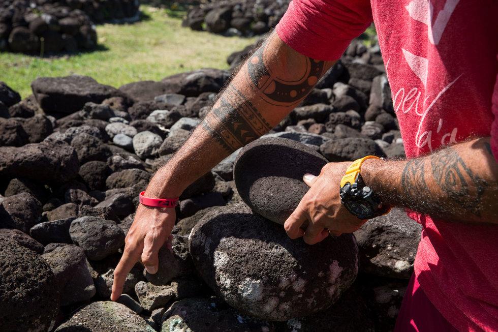 Tahiarii Pariente explains the construction of the Marae Taata