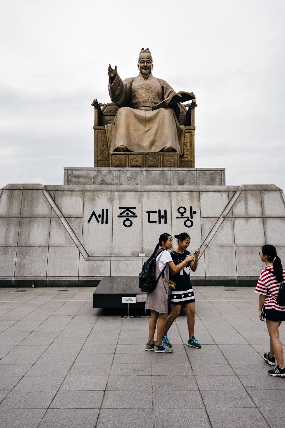 A statue of King Sejong at Gwanghwamun Plaza