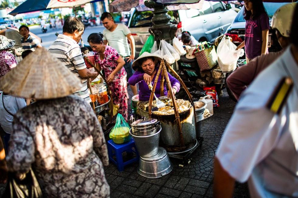 Street food vendors at Ben Th\u00e0nh Market