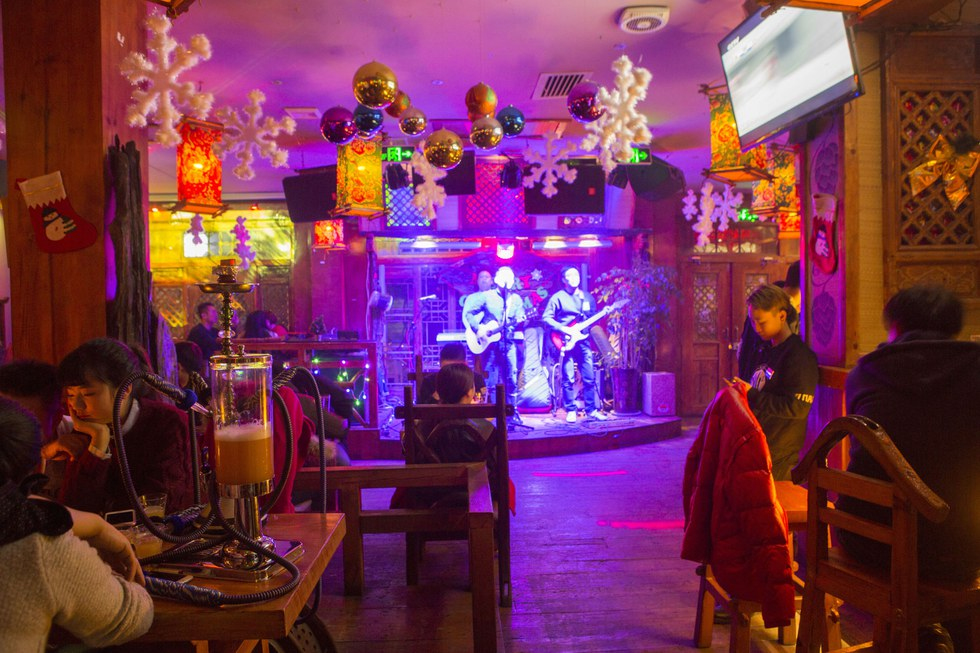 """A band plays at the \u201cAmerican-style"""" Xi'an Brewery."""