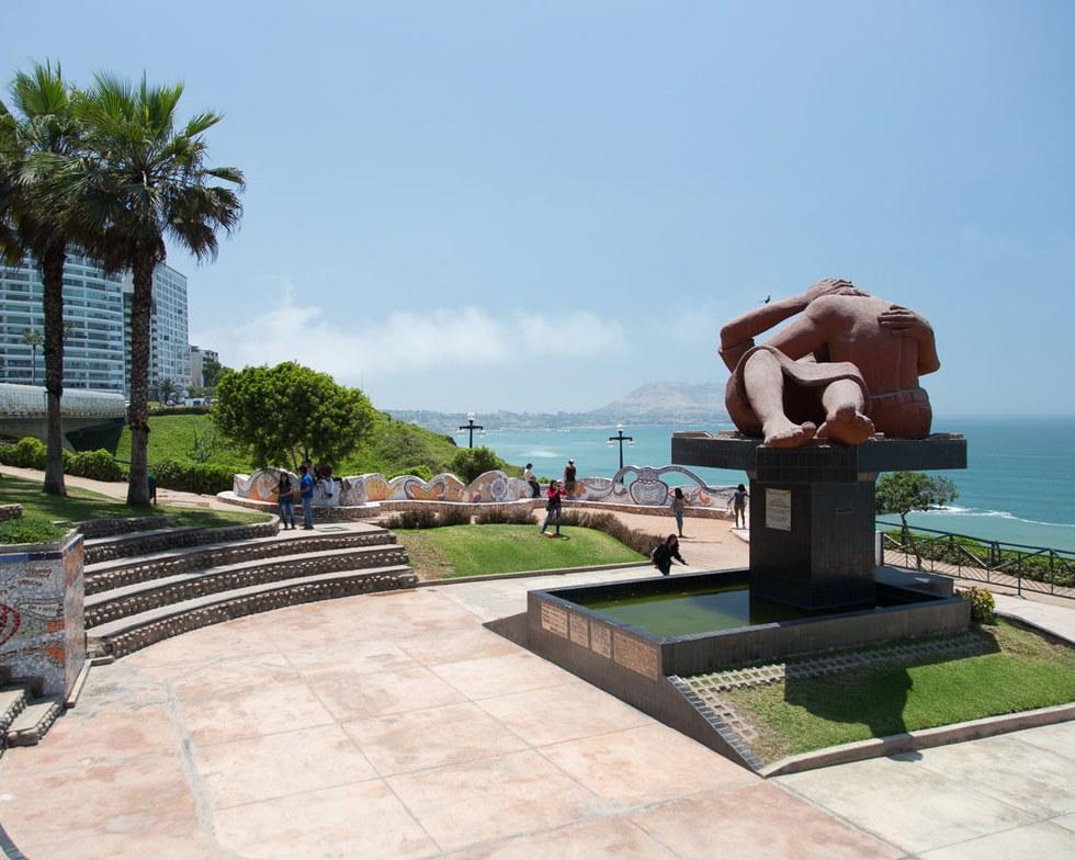 A Victor Delf\u00edn statue at El Parque del Amor